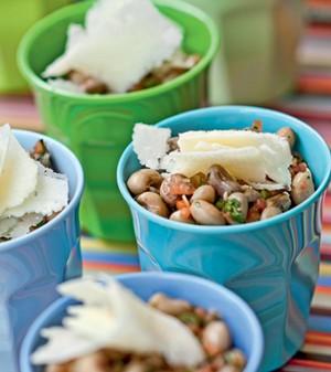 Salada de feijão verde com lascas de queijo pecorino (Foto: Casa e Comida)