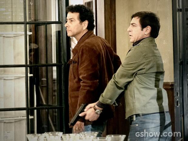 Pedroso e Alfredo chegam à cozinha durante surto de Adão (Foto: O Rebu / TV Globo)