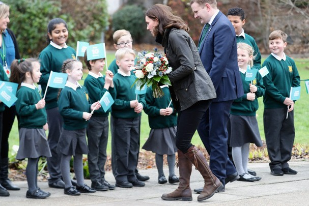 LONDON, ENGLAND - NOVEMBER 29:  Catherine, Duchess of Cambridge greets children as she visits the Robin Hood Primary School to celebrate ten years of The Royal Horticultural Society campaign for school gardening on November 29, 2017 in London, England. (P (Foto: Chris Jackson/Getty Images)