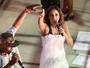 Daniela Mercury se veste de noiva em cima do trio elétrico em Salvador