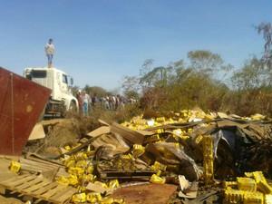 População tentou saquear carga de cerveja depois do acidente na BR-242 (Foto: blogbraga / Edivaldo Braga)