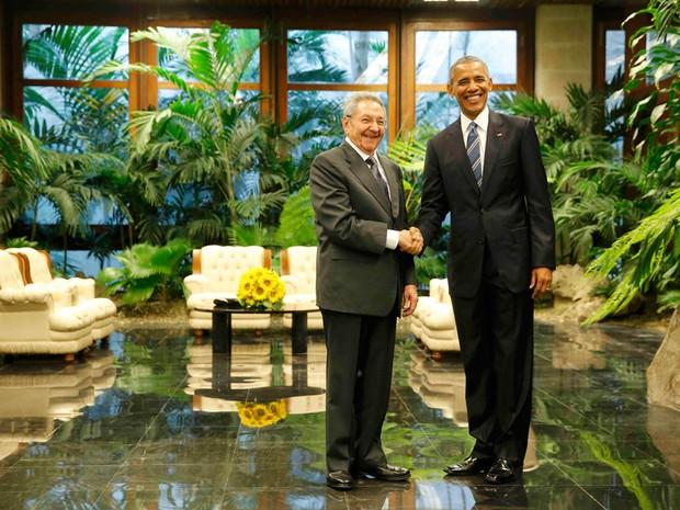Barack Obama e Raul Castro durante encontro histórico no Palácio da Revolução, em Havana (Foto: Jonathan Ernst/Reuters)
