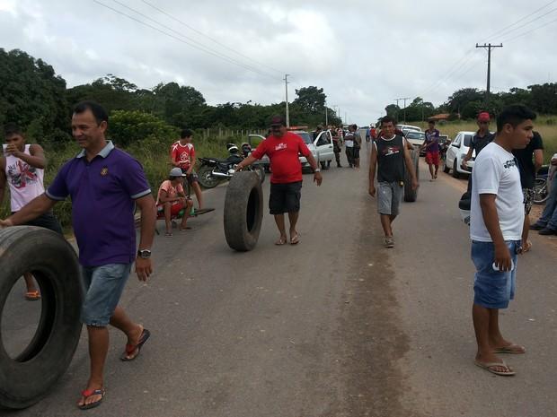 Moradores liberam Rodovia, mas continuam impedindo entrada de carros coletores no Lixão (Foto: Adonias Silva/G1)