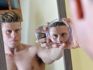 Matt Dunford - 'espelho, espelho meu, existe alguém mais bonito do que eu?' (Foto: Ben Stevens/Barcrott Media/Reprodução Daily Mail)