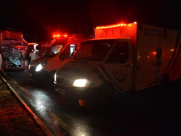 Ambulâncias socorreram motorista que ficou preso às ferragens do veículo (Foto: Anderson Oliveira/ Blog do Anderson)