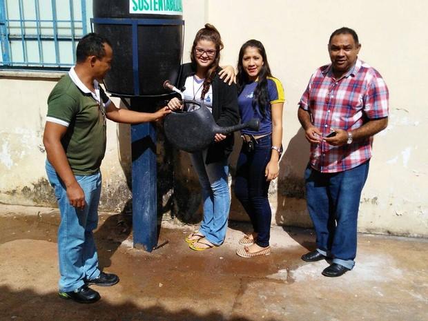 Alunos pegam água diretamente de tambores (Foto: Manoel Barbosa/Divulgação)