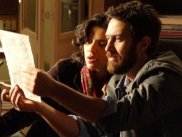 Miriam e Rodrigo encontram jornal com foto de Elisa (Foto: Amor Eterno Amor/TV Globo)