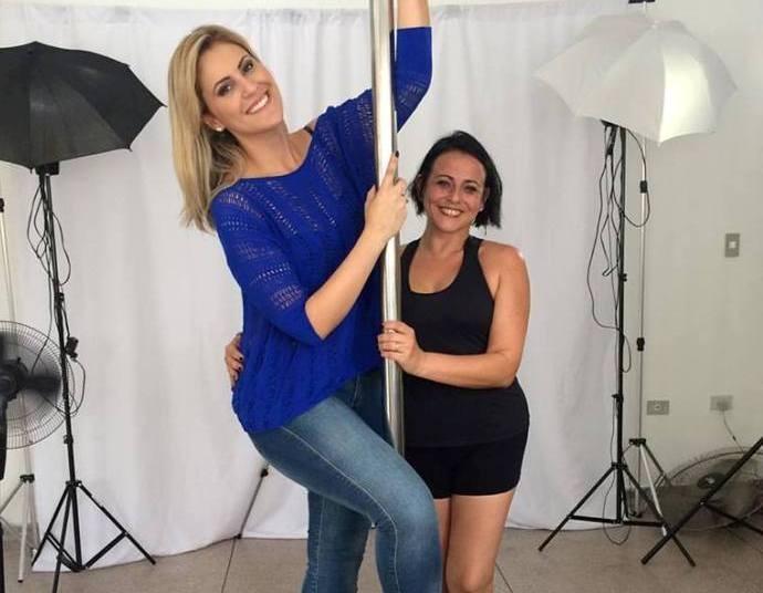 Jessica se arrisca no pole dance  (Foto: Reprodução / TV Diário )