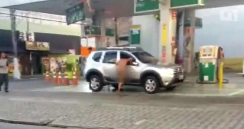 Mulher tentou invadir carro parado em posto de gasolina em São Vicente, SP (Foto: Reprodução)