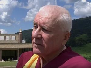 Monge Gen Sultrim coordena as atividades no templo de Cabreúva (Foto: Reprodução/TV TEM)