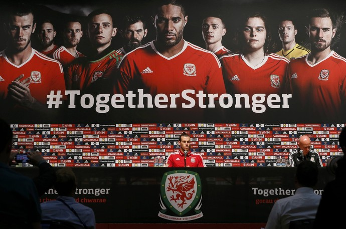 "Gareth Bale na entrevista coletiva diante do painel ""Juntos somos mais fortes"" (Foto: REUTERS/Gonzalo Fuentes)"