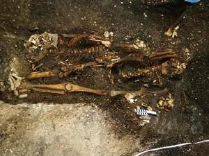 Um adulto e uma criança foram sepultados juntos com as mãos entrelaçadas (Foto: Unisul/Divulgação)