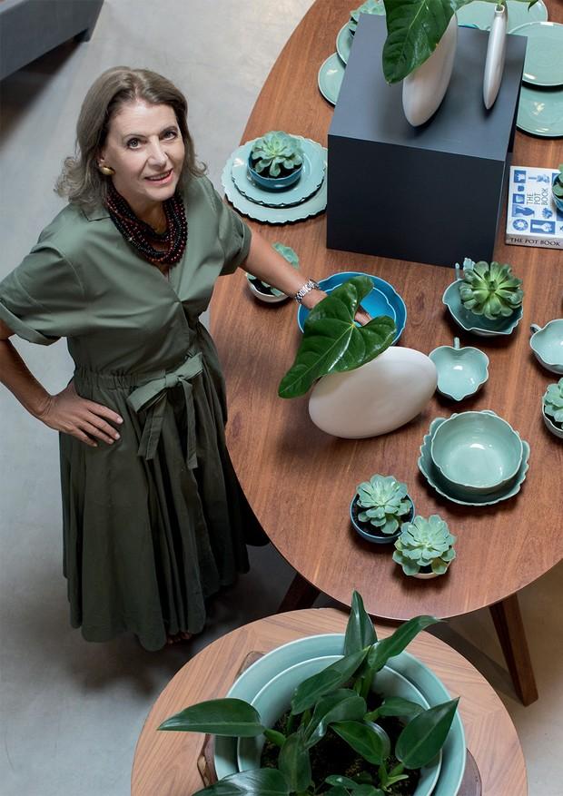 Em sua loja-ateliê de porcelanas e cerâmicas, batizada de Rosa dos Ventos, Anna Maria Moraes usa vestido Sissa (Foto: Deco Cury)