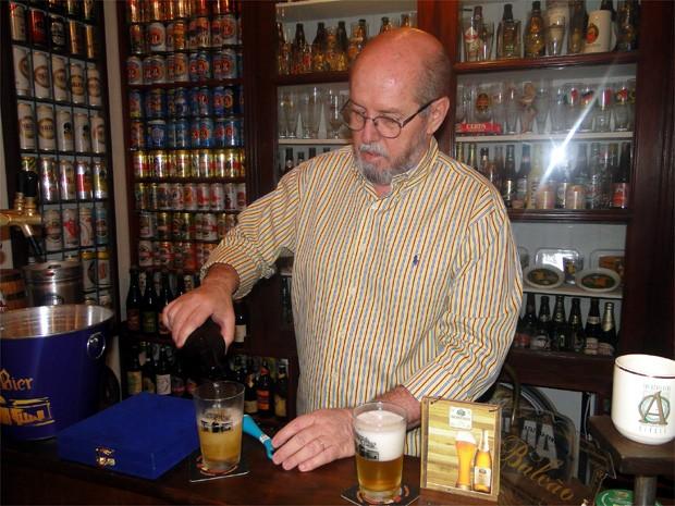 O empresário Carlos Quintella mostra itens de sua coleção de artigos de cerveja em Bebedouro, SP (Foto: Michel Montefeltro/G1)