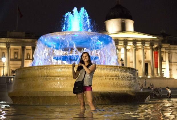 Fonte na Travalgar Square em Londres é iluminada de azul (Foto: Agência Reuters)