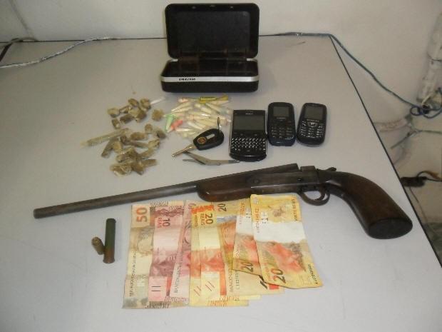 Polícia apreendeu arma, celulares e drogas (Foto: Divulgação / Força Tática da Polícia Militar)