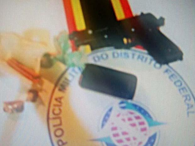 Pistola falsa, celular e porções de maconha encontrados com suspeitos de sequestro-relâmpago no DF (Foto: Polícia Militar/Divulgação)