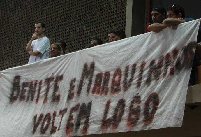 Faixa homenageando os lesionados Marquinhos e Benite (Foto: Fabio Leme)