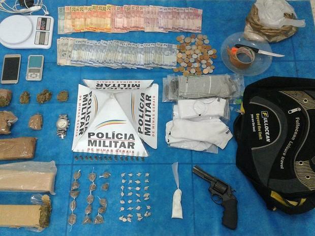 Materiais apreendidos foram levados para a Delegacia de Plantão de Juiz de Fora (Foto: Polícia Militar/Divulgação)