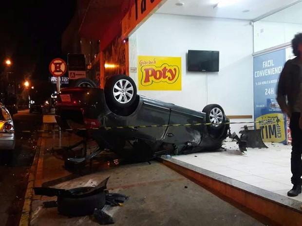 Motorista invadiu loja de conveniência em Lins (Foto: Site J. Serafim Show/Divulgação)