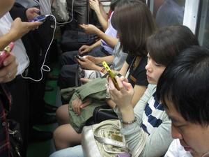Sul-coreanos no metrô em Seul na quinta-feira (6). (Foto: Daniela Braun/G1)