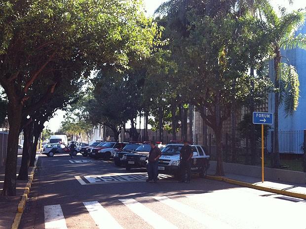 Rua bloqueada em frente ao Fórum de Araraquara (Foto: Laís Françoso/G1)
