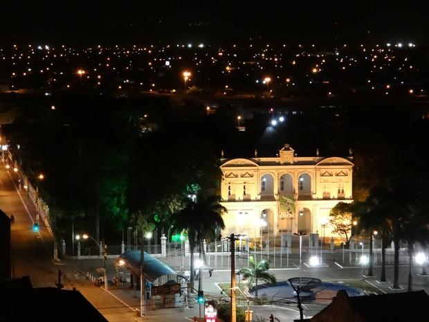 No centro da capita alagoana, Maceió, o fornecimento de energia foi retomado por volta das 19 horas (Foto: Waldson Costa/ G1)