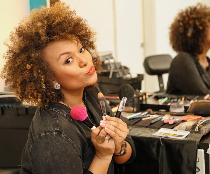 Agnes Jamille ensina truque de maquiagem nos bastidores do The Voice Brasil (Foto: Isabella Pinheiro/Gshow)