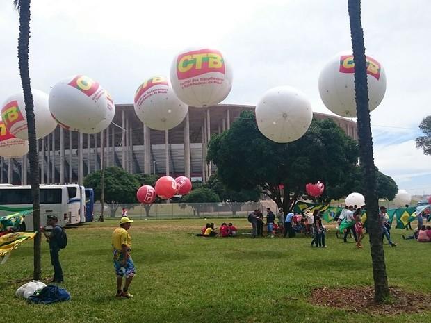 Baloes da CTB e da CUT (ao fundo) em frente ao Mané Garrincha, em Brasília (Foto: Mateus Rodrigues/G1)