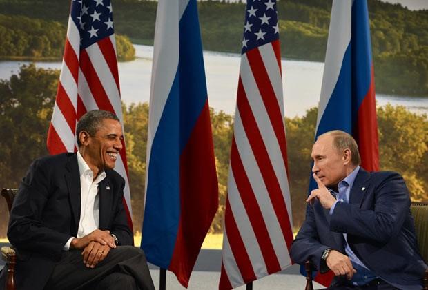 O presidente dos EUA, Barack Obama, e o presidente da Rússia, Vladimir Putin, durante encontro nesta segunda-feira (17) na Irlanda do Norte (Foto: AFP)