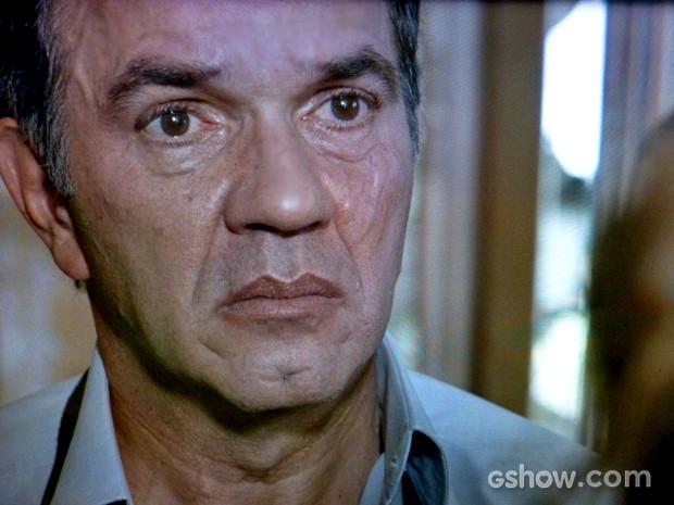 Virgílio sofre ao ouvir sentimentos da filha (Foto: Em Família/ TV Globo)