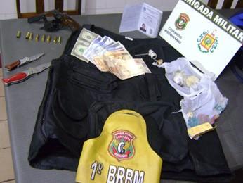 Material apreendido com suspeitos do sequestro relâmpago (Foto: Divulgação/CRBM)