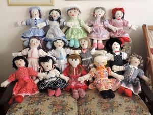 Aposentadas tiveram aulas com uma professora antes de iniciaram a confeccção de bonecas (Foto: Natália de Oliveira/G1)