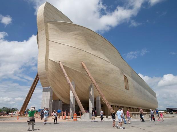 Visitantes passam perto de uma réplica da Arca de Noé em Williamstown, Kentucky.  (Foto: John Minchillo/AP)
