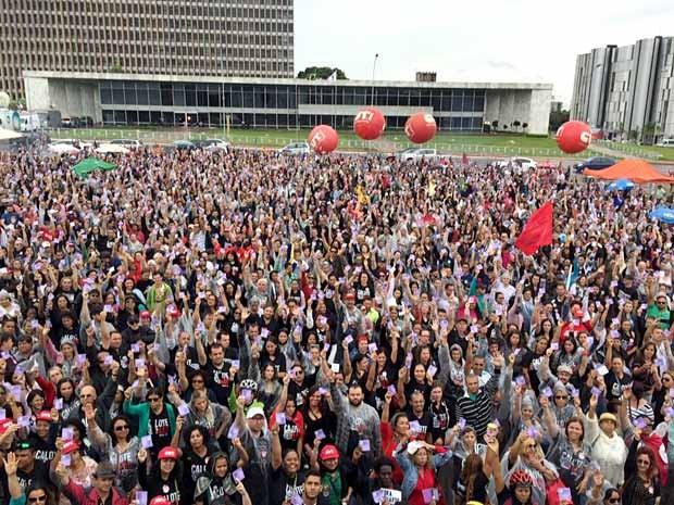 Professores votam pela manutenção da greve em assembleia em frente ao Palácio do Buriti, em Brasília (Foto: Jéssica Nascimento/G1)