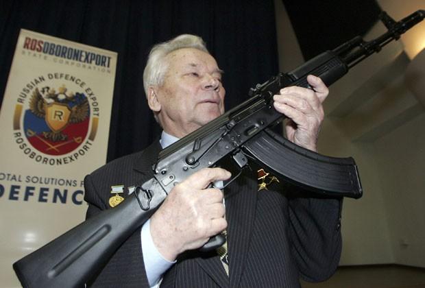 Mikhail Kalashnikov posa com rifle que ele criou em foto de 2006 (Foto: Sergei Karpukhin/Reuters)