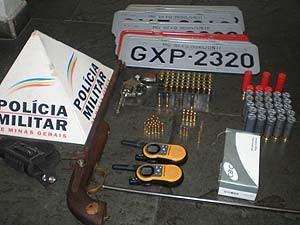 Drogas e armas são aprendidas em duas ocorrências em Itaúna, (Foto: Polícia Militar/Arquivo Pessoal)