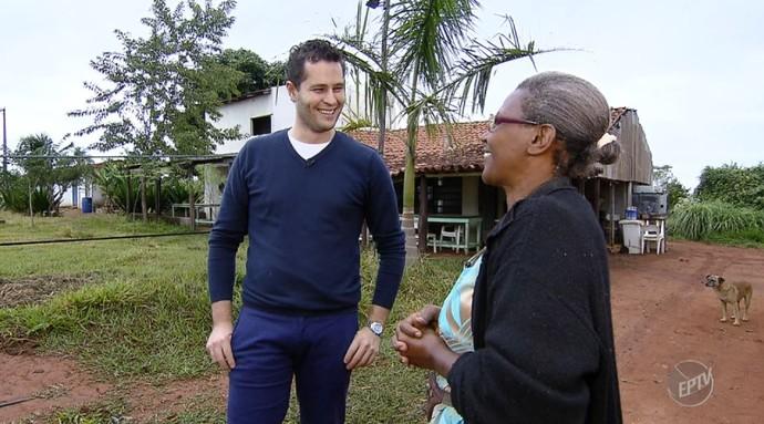 Maria Ileide apresenta o assentamento 12 de Outubro para o Pedro Leonardo (Foto: reprodução EPTV)