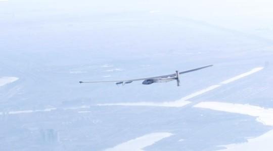 Avião movido a energia solar fará viagem de 120 horas