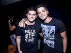 Que dupla! Bruno Gissoni e Rodrigo Simas vão a show no Rio