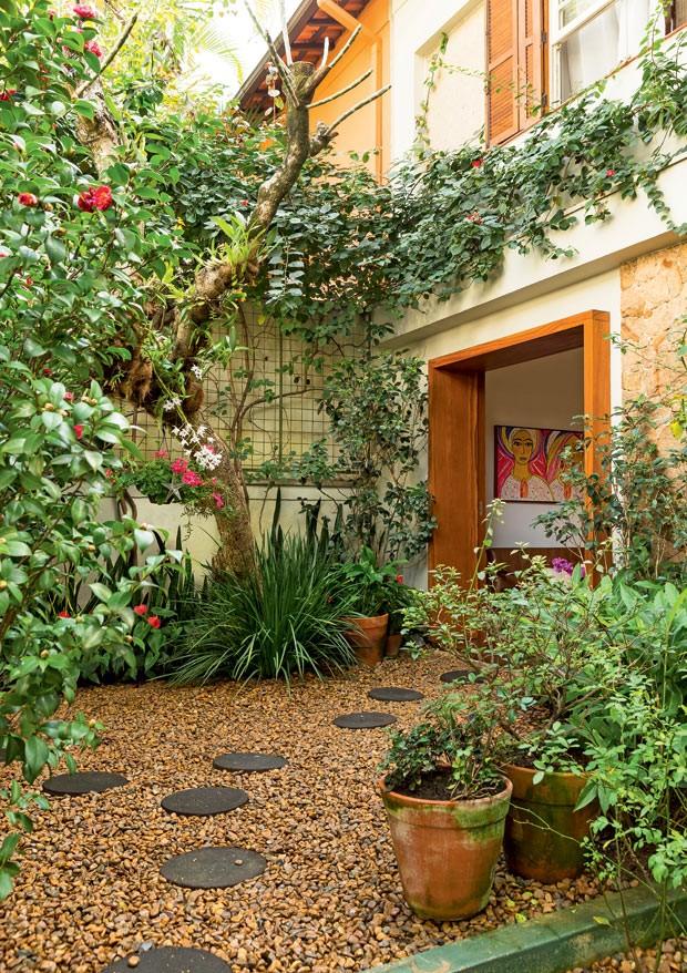 jardim-de-entrada-camelias-em-renque-anturios-moreias-espadas-de-sao-jorge-jasmins-do-imperador.jpg