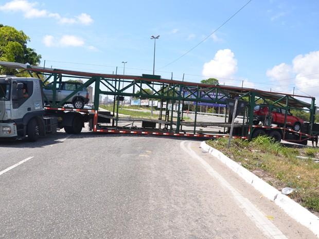 Caminhão cegonha interditou BR-230 em João Pessoa (Foto: Walter Paparazzo/G1)