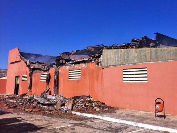 Parte do depósito de supermercado do DF que precisará passar por demolição, segundo vistoria da Defesa Civil (Foto: Isabella Formiga/G1)