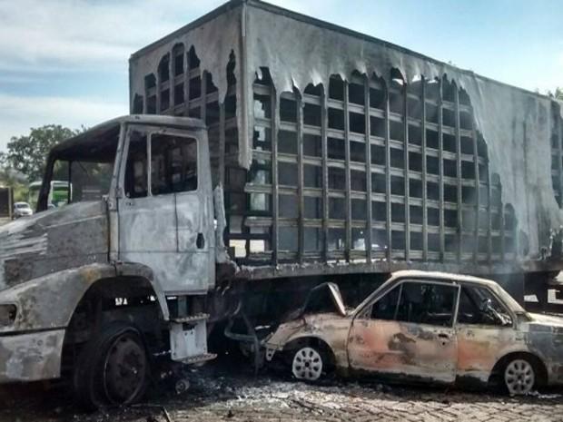 Carros pegaram fogo após colisão em Formiga (Foto: Polícia Militar Rodoviária/Divulgação)