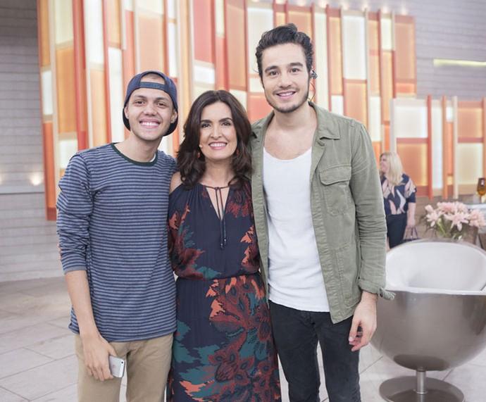 Fátima posa com o cantor Tiago Iorc e seu fã  (Foto: Fábio Rocha/Gshow)