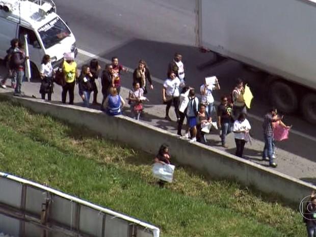 Professores em greve fazem protesto na Rodovia Régis Bittencourt (Foto: Reprodução TV Globo)