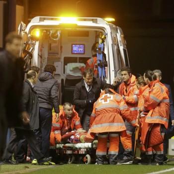 Fernando Torres sai de ambulância (Foto: Reuters)