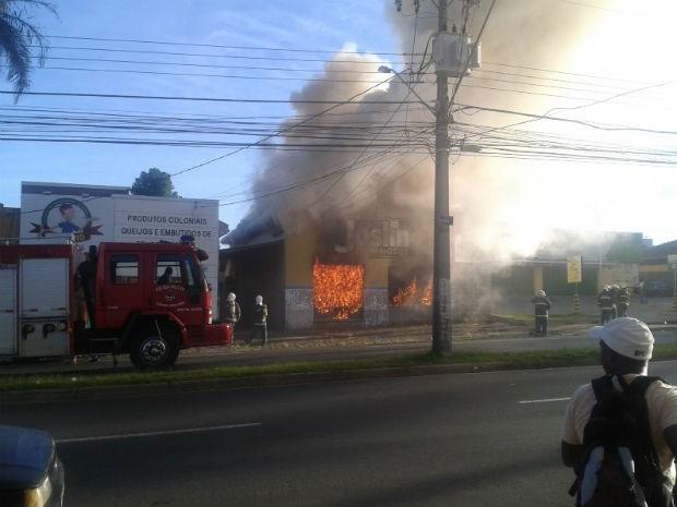 Loja de materiais luminosos foi destruída pelo fogo na manhã desta sexta-feira (24), em Ponta Grossa (Foto: Alessandro Chagas Silva/Arquivo Pessoal)
