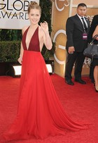 Amy Adams usa vestido superdecotado no Globo de Ouro