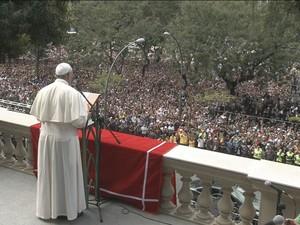 Papa Francisco reza o Ângelus com multidão de fiéis no Rio (Foto: Reprodução/Globo News)